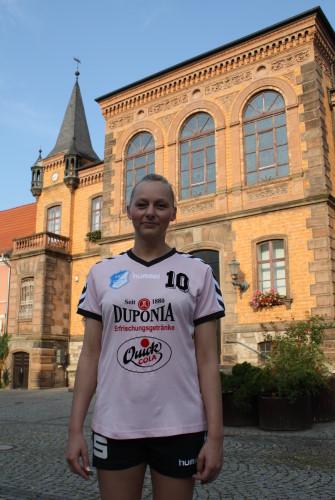 Kristin Sroka vor dem Calbenser Rathaus