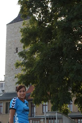 Sophia Rust vor dem ehemaligen Hexenturm