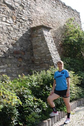 Stefanie Hüls an der Calbenser Stadtmauer