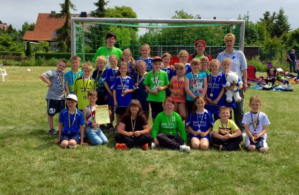 Ganz stolz präsentierten die jüngsten Handballer unserer Abteilung ihre Erfolge beim Jugendturnier des BSV Fichte Erdeborn. Zu sehen sind die weibliche E-Jugend sowie die beiden Mini-Mannschaften.   Foto: privat
