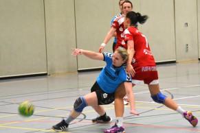 Stefanie Hüls setzt sich am Kreis gegen Janka Bauer durch.