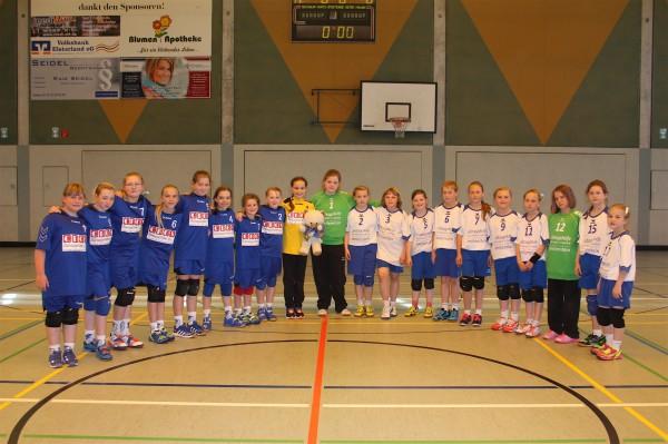 Die E-Mädchen der TSG Calbe nahmen vor dem Spiel um Platz 5 gemeinsam mit ihrem Gegner, dem HC Salzland 06, Aufstellung. | Foto: Tilman Treue
