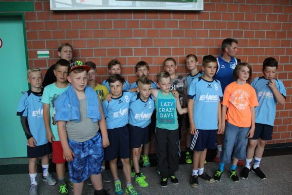 Unmittelbar nach ihrem Abschlussspiel gegen den USV Halle nahmen die Jungen der männlichen E-Jugend ihre Teilnahme-Medaillen entgegen. | Foto: HSG Wolfen 2000