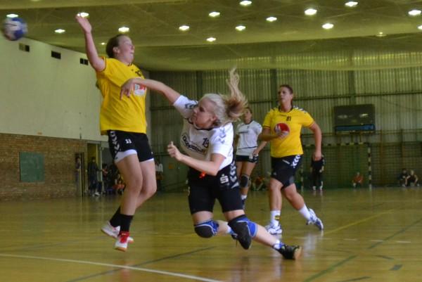 Antje Schreiber überzeugte im ersten Saisonspiel mit viel Einsatz und Kampfgeist. Hier setzt sie sich gegen die Abwehr der Gastgeberinnen durch.