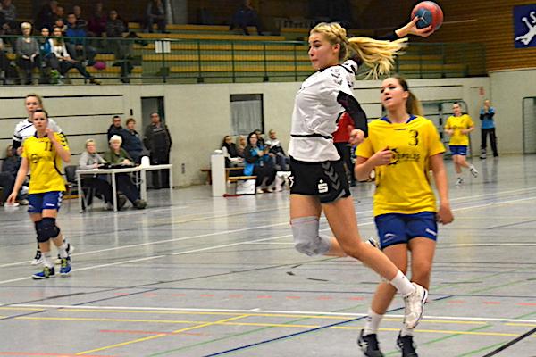 Michelle Feilhaber (am Ball) zeigte ein starkes Spiel und trug sich insgesamt neun Mal ein.   Fotos: Ulrike Neumann