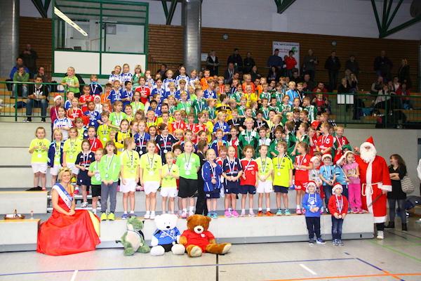 Mehr als hundert kleine Handballer nahmen nach der Siegerehrung zum gemeinsamen Foto Aufstellung. Mit dabei war auch der Weihnachtsmann (rechts) und Bollenprinzessin Kerstin (links).   Foto: Verein