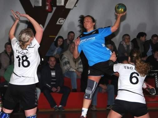 Victoria Göpel (am Ball) vom HC Salzland 06 war mit sieben Treffern, gleichauf mit Yvonne Sachse, beste Werferin beim 26:13-Erfolg gegen die TSG Calbe. | Foto: Enrico Joo