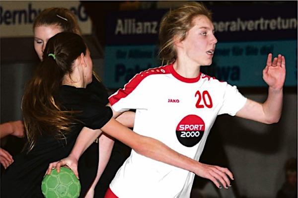Für fast alle Handball-Mannschaften der TSG Calbe sah es am vergangenen Wochenende zum Schlusspfiff positiv aus. Die weibliche C-Jugend um Lea Kubitz (r.) hatte allerdings personelle Sorgen und verlor in Staßfurt mit 17:22.   Foto: Björn Richter