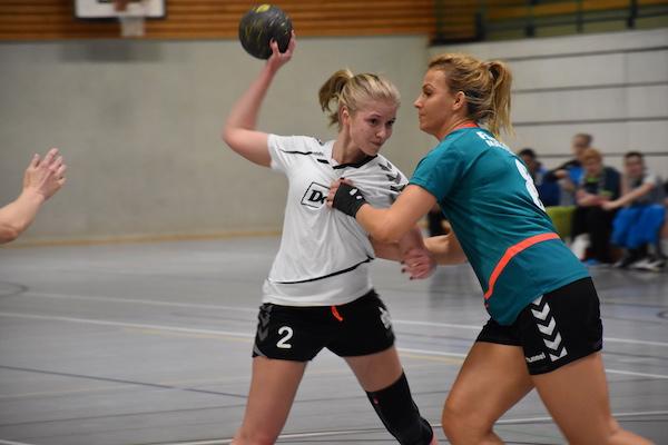 Die TSG-Frauen (hier Marie Zilke) mussten hart gegen die Abwehr des Spitzenreiters kämpfen, machten ihre Sache aber schließlich gut.