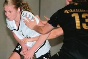 Die Handballerinnen der TSG Calbe zeigten ihre bisher schwächs- te Leistung in der Deckung. Ganz anders der HCS. Marie Zilke (am Ball) setzte sich dennoch einmal durch.   Fotos (2): Franziska Herz