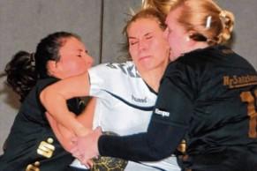 Die TSG-Frauen um Michelle Feilhaber (am Ball) taten sich schwer gegen die Abwehr der Salzländerinnen.