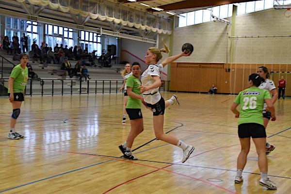 Michelle Feilhaber fliegt zu einem ihrer vier Treffer. | Fotos: Ulrike Neumann