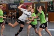 Die Frauen der TSG Calbe um Marie Zilke (am Ball) verloren ihr Punktspiel bei der HG 85 Köthen. | Fotos: Ulrike Neumann